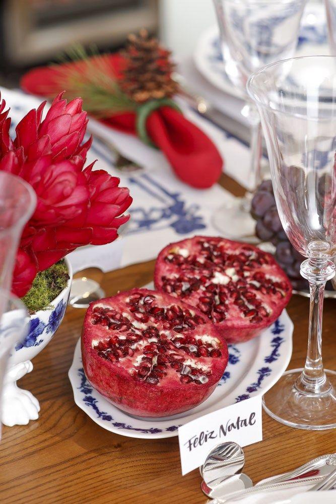 Mesa de Natal! Frutas simbólicas, como romãs, uvas e cerejas, emtravessas e bowls com estampas diferentes da Coleção Babele, e mini bolos típicos,deram o toque Natalino à nossa mesa.