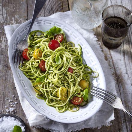 Zucchini-Nudeln (Zoodles) mit Kirschtomaten und Pesto Rezept | LECKER