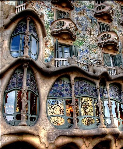 #CLASSIC_ARCHITECTURE #Casa_Batillo by Antoni Gaudí & Josep Maria Jujol. This is a wonderfully elaborated close up of all the rich details in Guadi's immediately recognizable style.