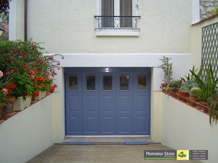 Porte de garage latérale motorisée sur mesure bleu avec hublots rectangulaires.