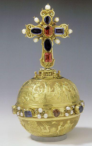Královské jablko, 1533-1534. Zlato, 8 safírů, 6 spinelů, 31 perel, email. Jablko sestává ze dvou polokoulí spojených prstencem a je završené zlatým křížem. Obě polokoule jsou zdobeny reliéfy s náměty ze Starého zákona -Pomazání Davida na krále, Zápas Davida s Goliášem, Adam klečící před Stvořitelem, Uvedení Adama do ráje, Stvořitel varující Adama a Evu před stromem poznání
