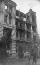 """фотография Н.Никольского была сделана в конце 1940-х годов. Восстановление и реконструкция бывшей гостиницы """"Бристоль"""", разрушенной в январе 1943 года, начались около 1948 года и завершились к 1959 году."""