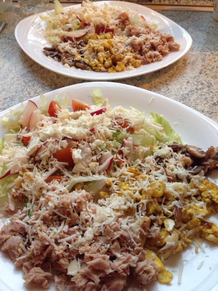 Tonhal saláta, tojással és gombával, feta-füstölt és trappista sajttal.