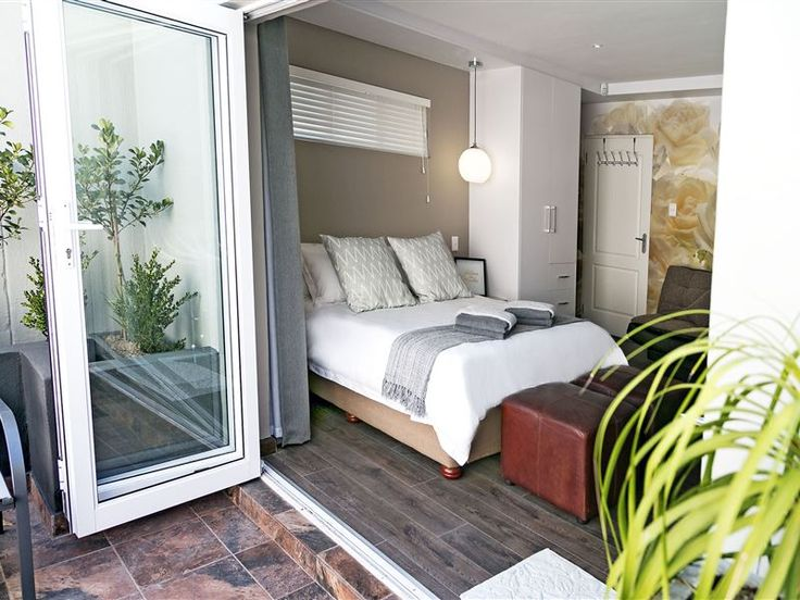 Hummingbird Suites - Hummingbird Suites is located in a quiet suburb of Kimberley, close to Gariep Medi Clinic, two lovely little coffee shops, shopping malls, and of course the famous Big Hole and several wildlife reserves. ... #weekendgetaways #kimberley #diamondfields #southafrica