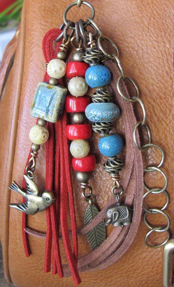 Este encanto de borla hecha a mano puede ser utilizado en tu bolso, mochila, cremallera, dondequiera que gustaría añadir algún encanto! Se compone de latòn cadena y encantos y diferentes tipos de granos - cerámica, esteatita, coral y latón envejecido. Las borlas de gamuza son marrón y color rojo. Es aproximadamente 6,75 largo.