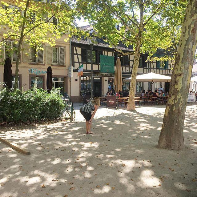 Pétanque  platanes  soleil  Il ne manque que le chant des cigales et on se croirait presque en Provence ! Rdv Place Saint Nicolas aux Ondes pour un moment de détente sur l'une des nombreuses terrasses qui entourent la place.  #Strasbourg #officedutourisme #cityguide #Alsace  By @lesrendezvousdecamille