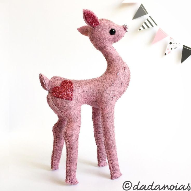Os presento a Ende, el cervatillo que he diseñado y cosido mientras tarareaba 'Mr.Sandman'... https://www.etsy.com/es/listing/466804062/cervatillo-ende-pink  #dadanoias #deer #etsylove #softsculpture #woolfelt #handmadetoy #kawaii #ciervo #madewithlove #fieltrodelana #deertoy