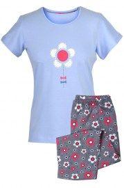 MUZZY nighwear, Piżamka z krótkim rękawem i spodniami ¾. Bluzka jasno niebieska z nadrukiem prostego, geometrycznego kwiatka. Spodnie ciemno- szare, zadrukowane w rzadkie białe i czerwone kwiaty. Więcej na www.muzzy.pl/sklep