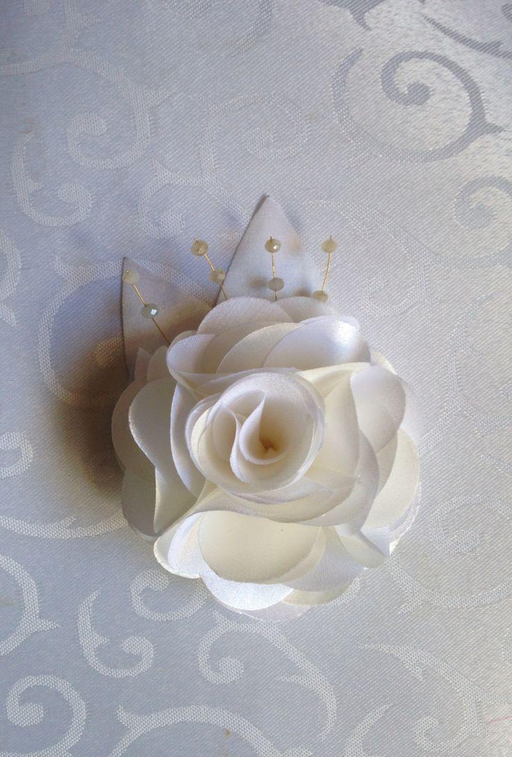 Lindíssima flor em sobre tons de off white, decorada com cristais e detalhe em dourado.