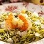 Esta deliciosa receta de pasta al pesto de albahaca con piñones queda muy buena si se sirve con camarones.