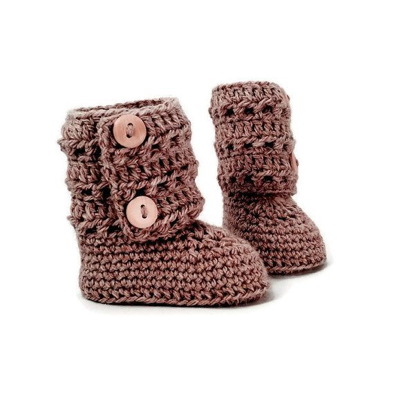 I make each of these fantastic baby booties by hand. Each pair is made using 100% soft merino wool. I love these baby booties because of their tall button ankle cuff. The button cuff opens fully, then wraps around little calves to close. The traditional 10 cm tall design will keep little feet and legs toasty. These booties are a classic tradition with modern style. Their sturdy construction will make them a lasting keepsake and family heirloom. Sizes: 0-6 months ( 9 cm ) (aprox. 10 cm tall)…