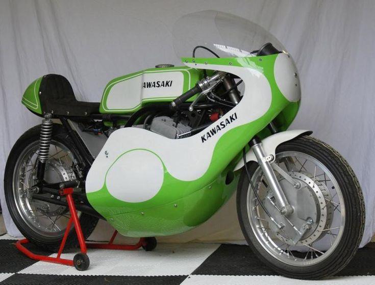 """1971 KAWASAKI 500 HIR """"Découvrir soudainement une HIR relève aujourd'hui de la gageure""""  En 1968, la KAWASAKI H1 a révolutionné l'image de la moto sportive. Finis les twins ou les monos et place aux trois cylindres. Finie aussi l'image du 2 temps associée aux seuls petits cubes. Place à la bombe. Avec 60 Bhp et 13 secondes sur le quart de mile départ arrêté, elle méritait largement le titre de """"The world fastest accelerating street bike"""". - Osenat - 23/06/2013"""