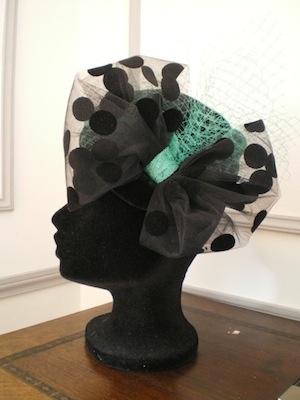 Aurore Boréale, bibi en velours garni de tulle à gros pois, sisal vert émeraude et voilette, 110 €