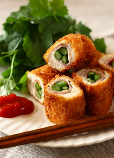 Japanese Panko Fried Chicken Tender Roll with Asparagus and Bacon Inside.|ささみとベーコンのアスパラ巻きフライ レシピ