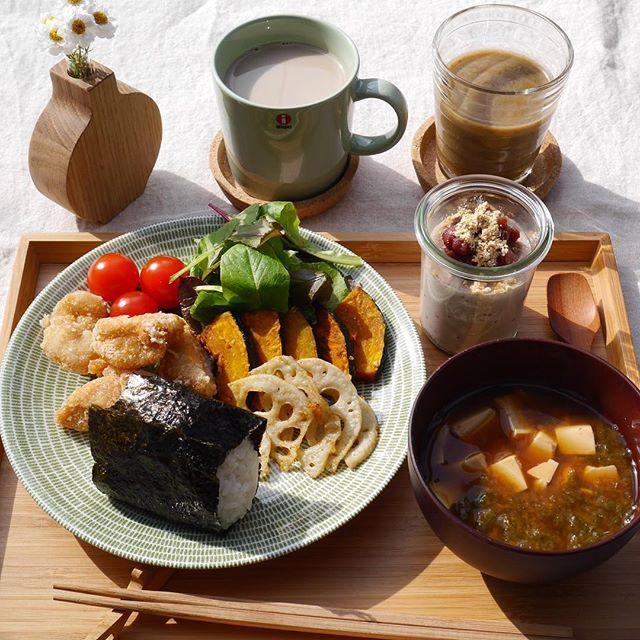 rimiererose朝陽の中で〜 本日の朝ごはん 昨日の夕飯のおかず満載 明太子が食べたくて、いつもの16穀米は混ぜずに白米を炊いておにぎりに〜 初めてストウブで揚げ物したら、とりの唐揚げも野菜の素揚げもふっくらとできて甘みもあって美味しい お味噌汁は、赤出汁にお豆腐とアオサ。 スムージーは、アサイを入れたら なんとも……な色だけど、味はバッチリ 美味しい〜 デザートのほうじ茶ぷりんに行き着く前に 出掛ける仕度の時間 これは、朝昼ご飯になりました。  #朝ごはん #instajapan #onthetable #onmytable #デリスタグラマー#暮らしを楽しむ #暮ら#kaumo #kurashiru #livstagrammer #lin_stagrammer #breakfast #おうちごはん #北欧食器 #iittala #アラビア #イッタラ