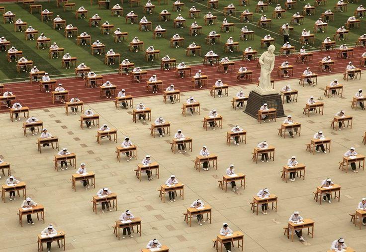 Abschauen verboten: Hunderte Studentinnen einer chinesischen Krankenpflegeschule nehmen an Prüfungen unter freiem Himmel teil (25. Mai 2015).