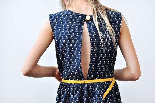 De jurk met de gouden knoop by Oon