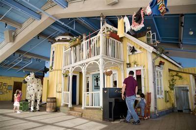 La casa di pippicalzelunghe a Stoccolma si trova a Junibacken. A junibacke sono ricostruite le ambientazioni delle fiabe e storie per bambini.
