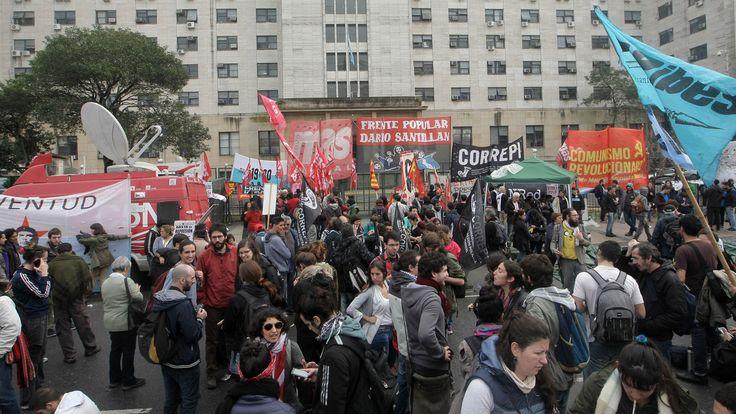 Los detenidos el viernes en Plaza de Mayo siguen a la espera de ser indagados - LA NACION (Argentina)