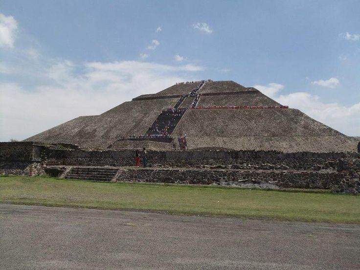 """""""Piramides de Teotihuacan"""" Cd. de Mèxico Teotihuacan es el nombre que se da a la que fue una de las mayores ciudades prehispánicas de Mesoamérica. El topónimo es de origen náhuatl y fue empleado por los mexicas, pero se desconoce el nombre que le daban sus habitantes."""