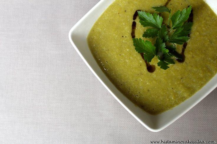 Krémová polévka z česnekových výhonků s dýňovým olejem