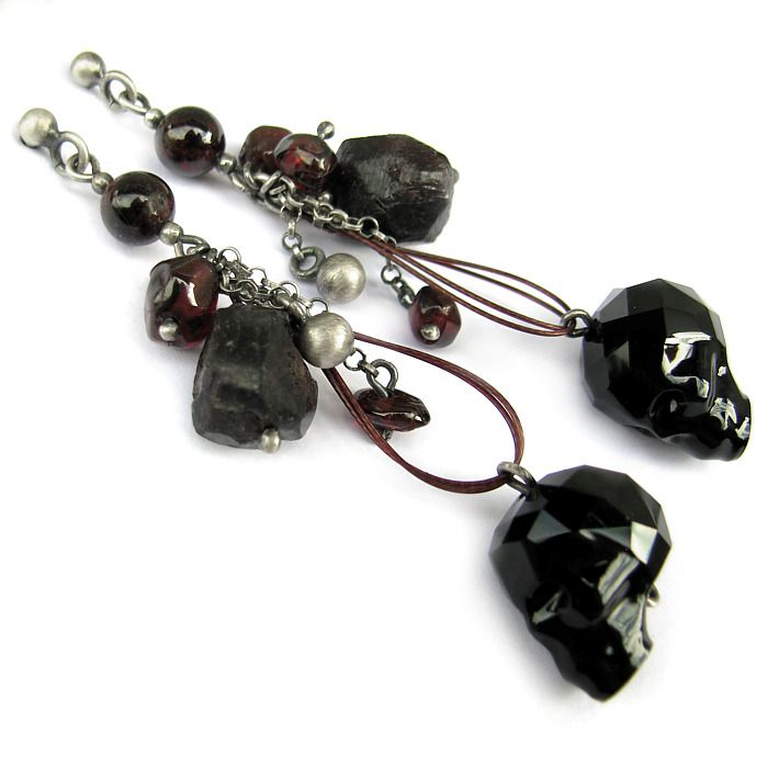 Swarovski Skulls, natural garnets and sterling silver - handmade earrings to find on: http://marisella.pl/kolczyki-z-czaszkami-swarovskiego-nyoro.html