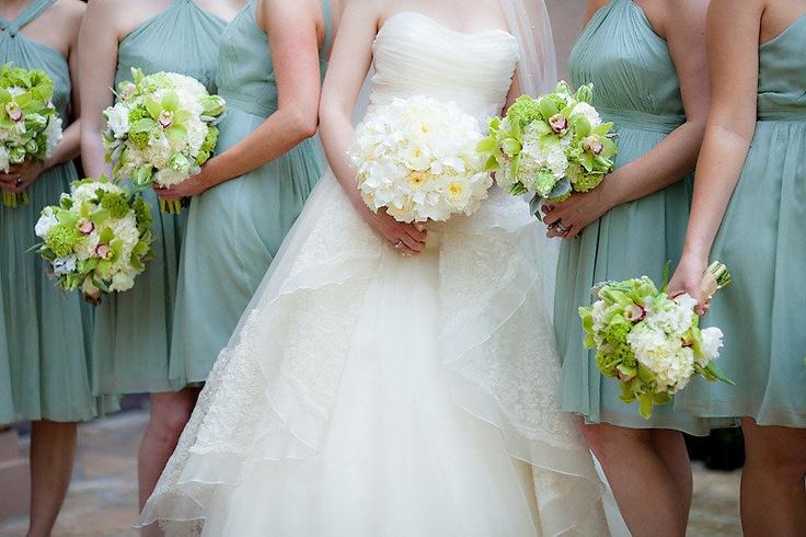 букет невесты, букеты для подружек, подружки невесты, белый  Photography By / http://theyoungrens.com