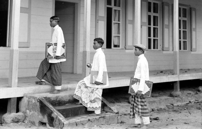 Batakse jonge mannen op weg naar school in Tapanuli, Sumatra. Unknown date