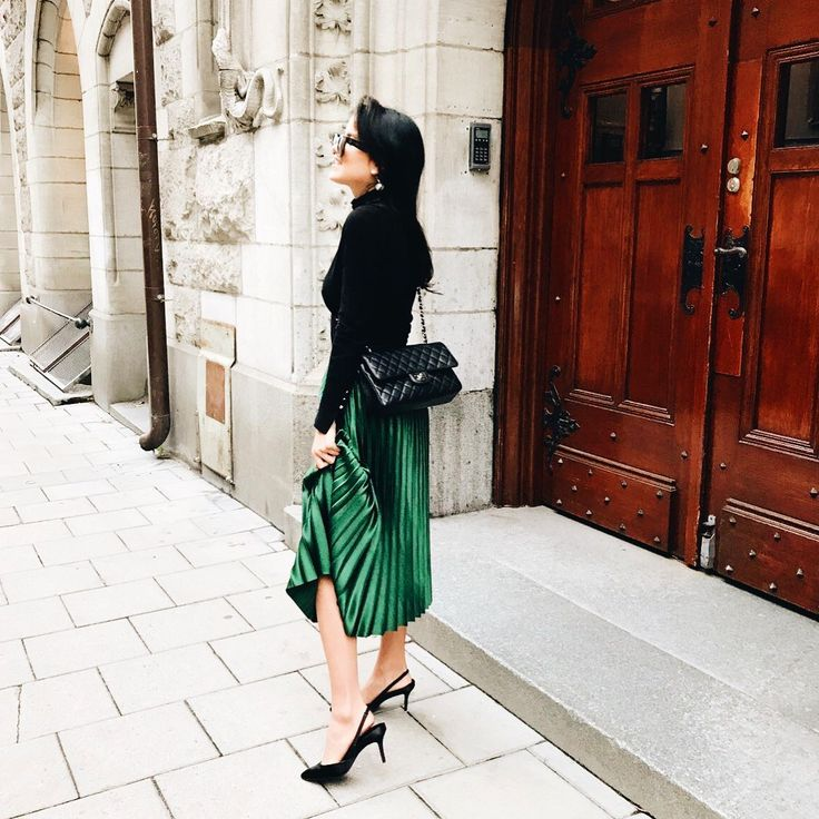 Street style fashion outfit with pleated skirt chanel bag kitten heels cline sunglasses http://mariannelle.com
