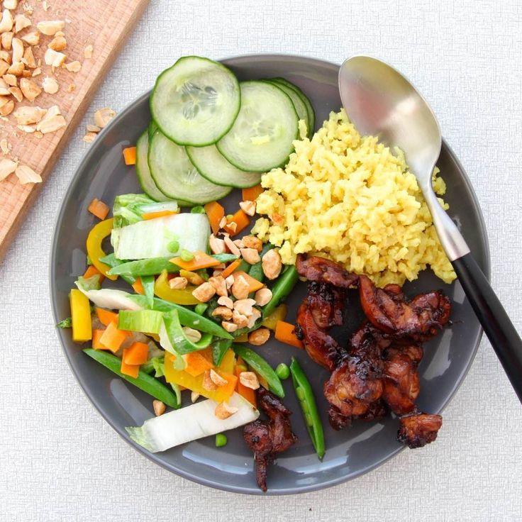 Van nasi kuning had ik nog nooit gehoord tot ik mijn lief leerde kennen. Zijn vader komt uit Indonesië en deze rijst is een typisch Indonesisch gerecht dat wordt gemaakt tijdens feestelijke gelegenheden. De eerste keer dat ik het at was tijdens de kerst bij mijn schoonouders, alweer ruim 8 jaar geleden. Dus volgens Indonesisch