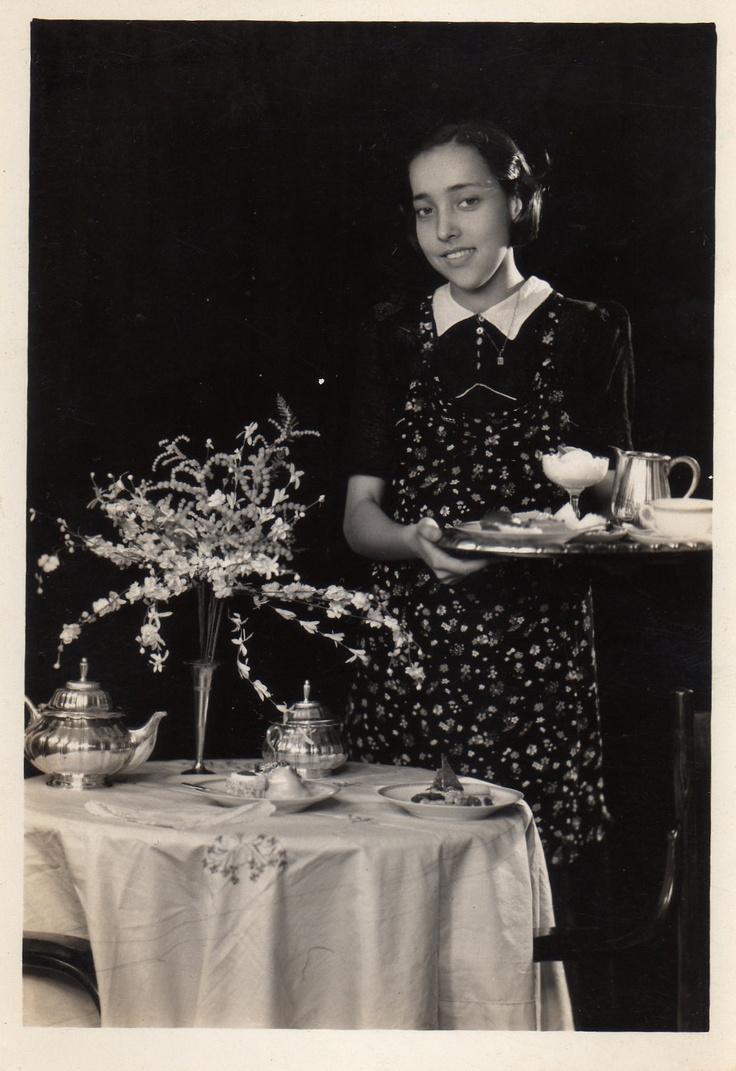 """Hoy es viernes del recuerdo en la @reposteriaastor """"Señora sirviendo """"el algo"""" (Foto década de 1950)""""    www.elastor.com.co"""