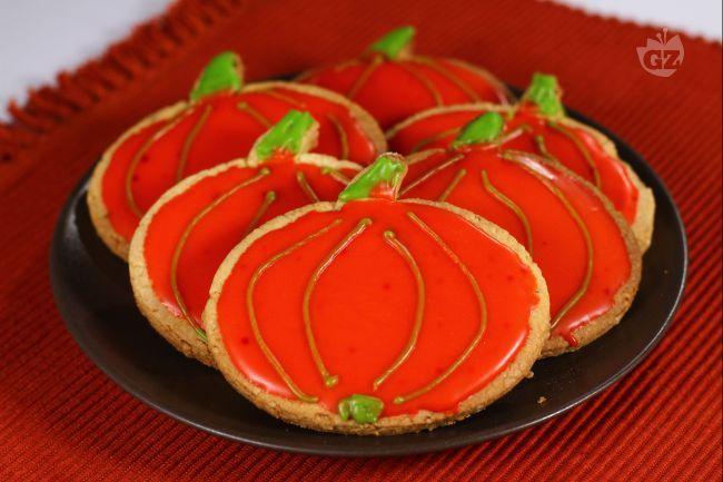 I biscotti glassati a forma di zucca sono un'idea simpatica e molto semplice da realizzare per la notte stregata di Halloween.