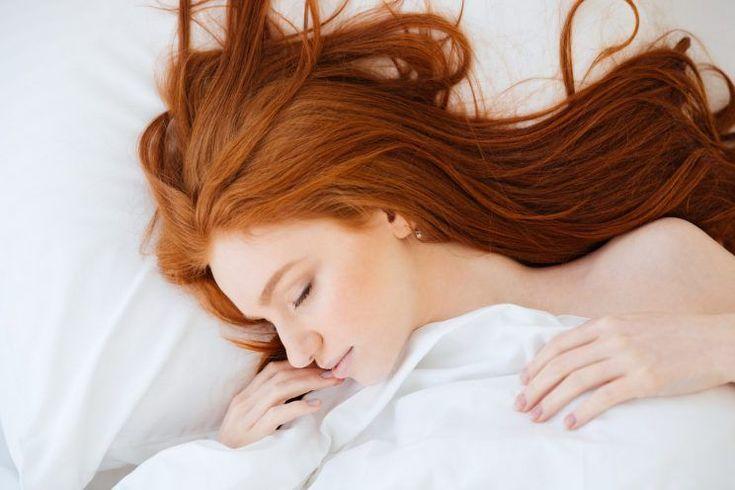 ¿Sueles bañarte antes de ir a la cama por la noche? Si es así, ya sabrás qué tienes que hacer: conectar el secador de pelo, porque acostarte con el cabello mojado hará que te despiertes con un resfriado.