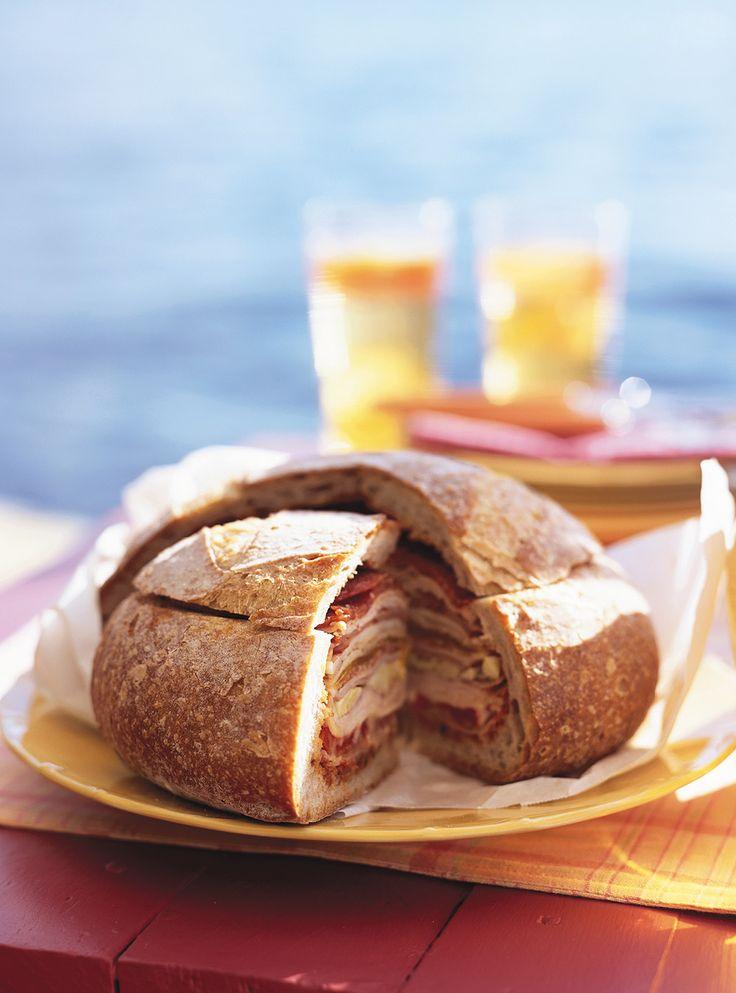 Recette de sandwich gargantuesque de Ricardo. Recette rapide, idéale pour lunchs, pique-nique. Ingrédients du sandwich: poivrons, miche de pain, viandes froides, mozarella, coeurs d'artichauts...