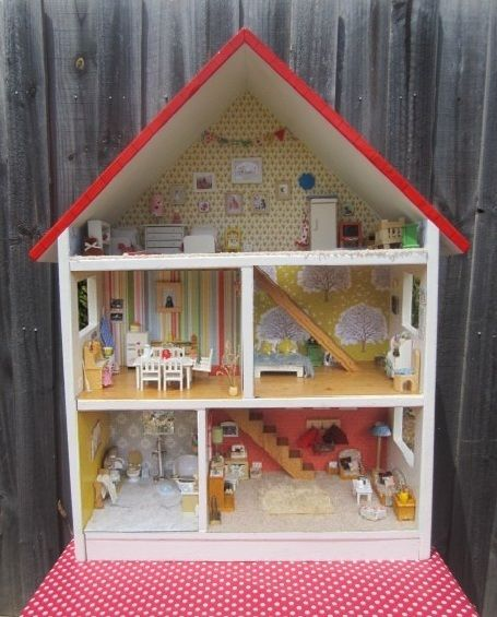 Sewpony: The most amazing dollhouse! Almost everything in it is hand made. This woman is so talented!