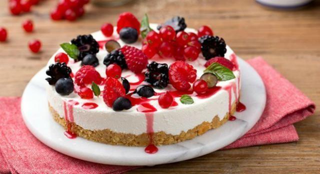 Perché adoperare il forno anche nella stagione calda? La cheesecake fredda ai frutti di bosco è l'ideale da preparare nella bella stagione.