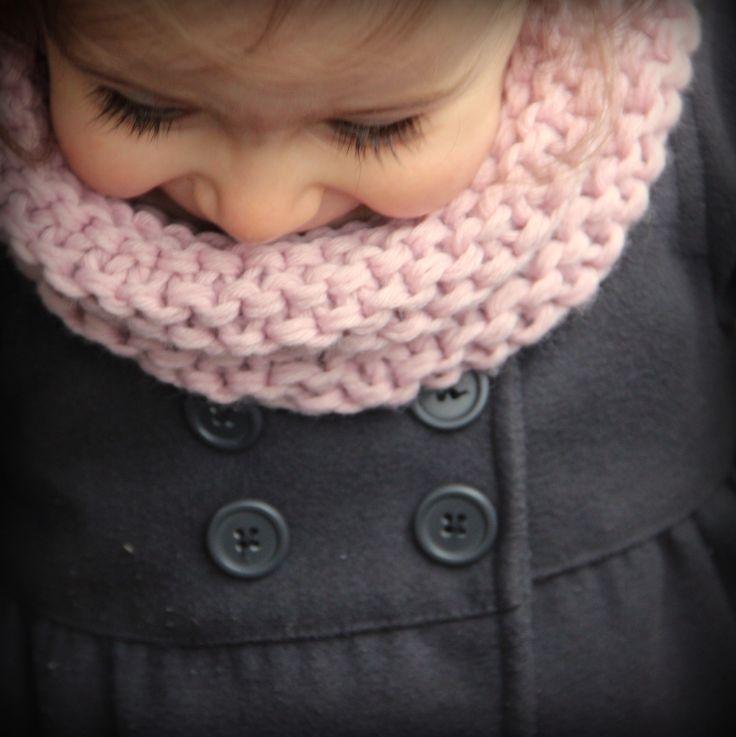 Comme promis voici le tuto du snood de ma fille (taille 2 ans). J'ai utilisé la même laine :2 pelotes de Partner 6 (coloris rose) que vous tricoterez en double(c'est à dire qu'i…