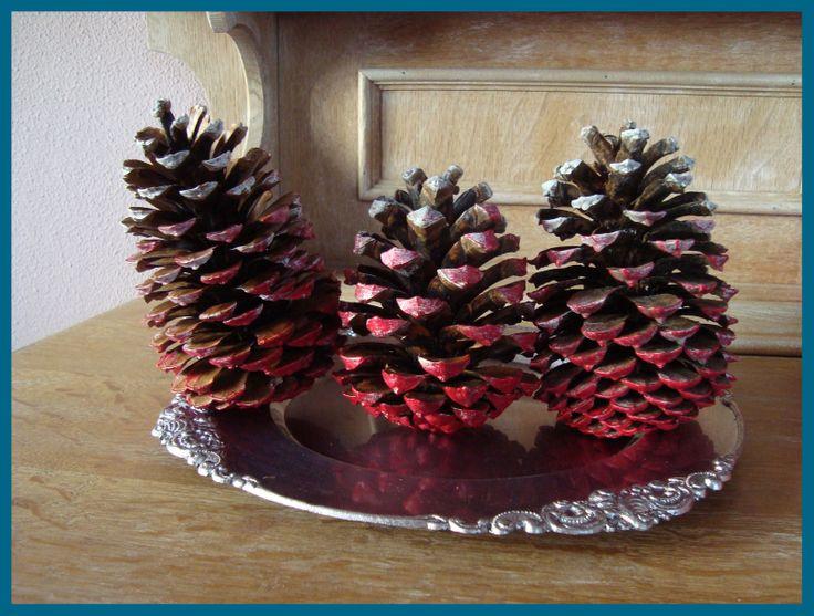 Wintercadeautje 2 Winterdecoratie, Grote dennenappels in d kleur rood/wit. Set van 3 €4,50. Check onze site of dit product nog verkrijgbaar is!