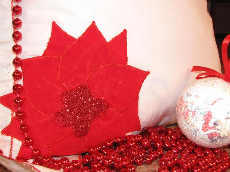 8 ore fa ciao a tutti questo bel cuscino natalizio l ho realizzato con stoffa,applicazione e l intero contorno lavorato con punto zig zag.al centro del fiore ho spruzzato dei brillantini per dargli il un po di movimento.buona domenica