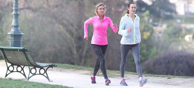 Vous cherchez à savoir comment muscler les cuisses et comment muscler les fessiers, mais pour vous la musculation des jambes rime avec courbatures ? La marche sportive pourrait bien vous faire changer d'avis ! Cette activité physique muscle les cuisses et vos fesses en douceur. Pas à pas, vous remodelez votre silhouette sans forcément développer de la masse musculaire. Retrouvez du galbe, rien qu'en marchant !