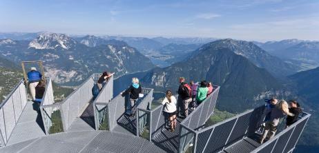 5 Fingers heißt die Aussichtsplattform im Dachsteingebirge. Ein sinniger Name, denn die fünf Wege des Skywalks, die über den Abgrund ragen, ähneln der Form einer Hand.