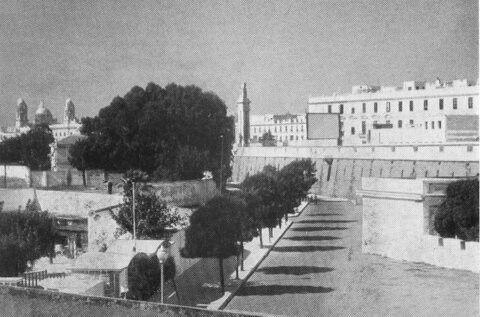 En esta foto, desde lo que hoy es la parte moderna del Barrio de San Carlos, se aprecia la muralla y la pantalla sobre ella del cine San Carlos
