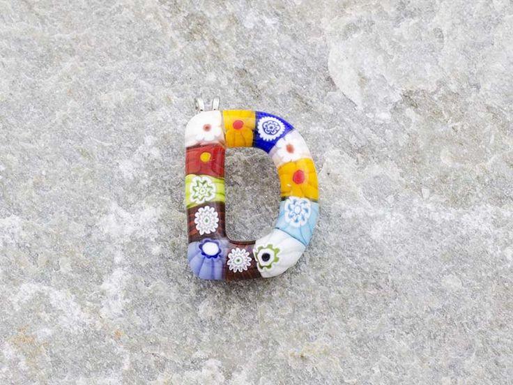 Lettera D   Iniziale in vetro di murano. Ciondolo pendente, colori vari con murrine inserite.