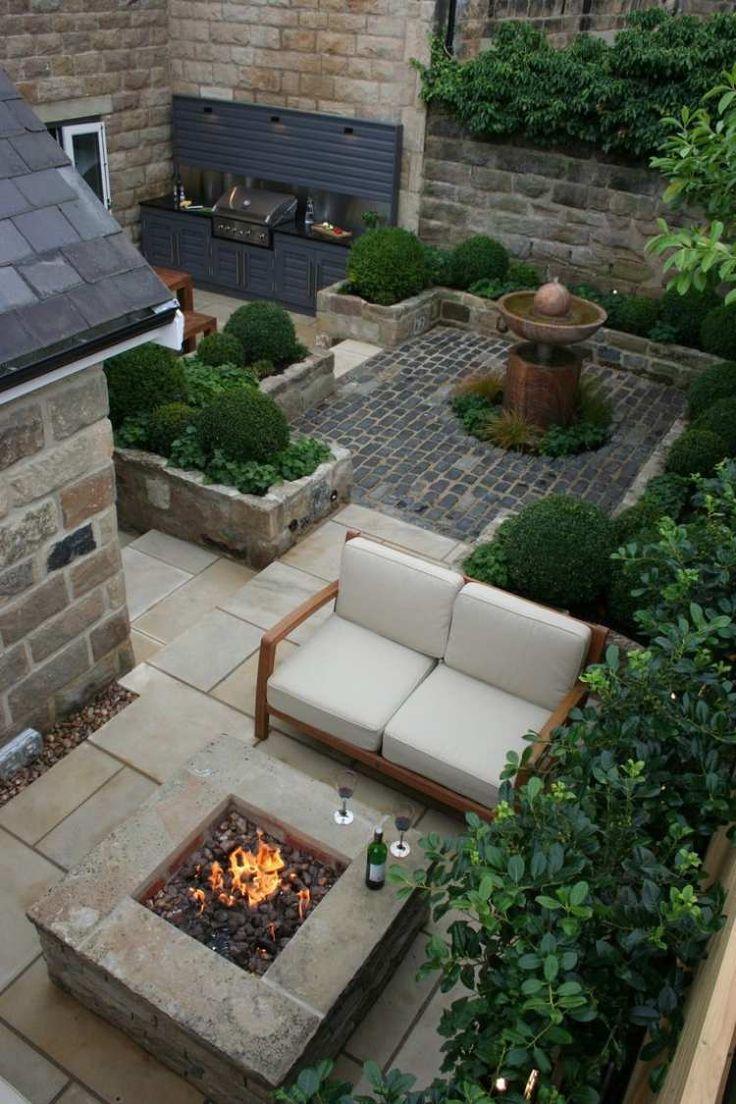 kleiner Garten ohne Rasen mit Brunnen, Feuerstelle und Grill