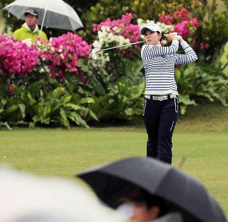 女子ゴルフツアーが開幕。ギャラリーが見詰める中、ティーショットを放つ森田理香子=6日、沖縄・琉球GC ▼6Mar2015時事通信 女子ゴルフツアー開幕=アン、森田らスタート http://www.jiji.com/jc/zc?k=201503/2015030600258