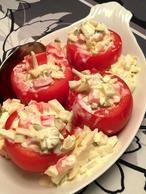 Heerlijk als fris bijgerecht: gevulde tomaat Ingrediënten: • grote tomaten • augurk • appel • komkommer • crème fraîche • zout en peper Snij het kapje van de tomaten en hol ze voorzichtig uit met een lepeltje, meloenbolletjestang of een grapefruitmesje. Snij de onderzijde van elke tomaat bij, zodat ze stabiel en mooi rechtop staan.Bestrooi de tomaten van binnen met wat zout. Snijd de tomatenkapjes, augurkjes, appel en komkommer in stukjes en meng dit samen met de crème fraîche in een kom tot…