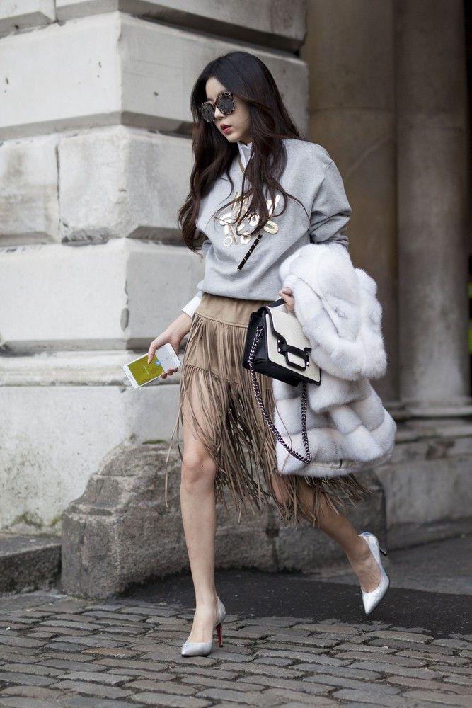Ten modny akcent, który może się pojawiać zarówno na ubraniach jak i dodatkach, nie opuszcza nas również latem. Postawcie na kobiece sukienki mini, sandały czy torebki z frędzlami.