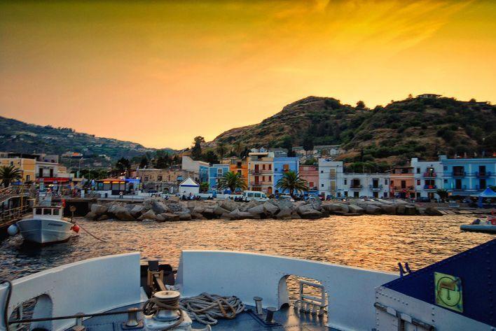 Hier zijn 24 foto's van 24 echte stadjes, dorpjes of gewoon plaatsen in Italië die tonen dat je heus niet naar de andere kant van de wereld moet reizen om prentboek-perfecte romantische plaatjes te zien.Zalig zij die deze zomer een vakantie hebben gepland in la Bella Italia.