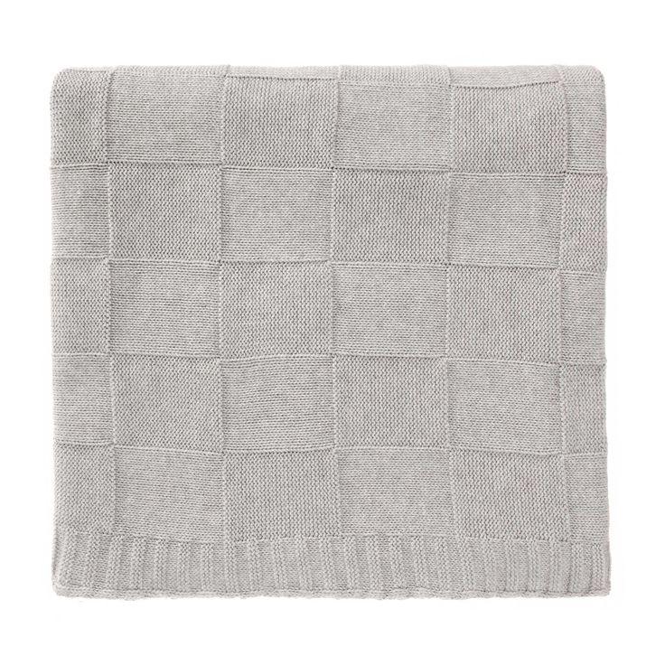 Beste Baumwolle wird für unsere Decke Funchal zu einem aufwendigen Design mit Quadraten gestrickt. Unsere Partner aus Portugal legen viel Wert auf Details, die Sie bei Funchal sofort sehen und fühlen können. Durch die gestrickte Textur ist die Decke auch schön weich in der Haptik und von tollem Komfort.    Kombiniert mit dem passenden Kissen aus der Funchal Kollektion ist der Wohlfühlfaktor garantiert.