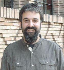 """Pepe Serrano (Zaragoza, 1978) es maestro de educación primaria y escritor. Es autor de """"Máziel Spück y el misterio del cuadro"""", de los dos volúmenes """"Cocina rápida para tortugas"""" y de """"Pepoman"""". Con el """"Increíble viaje de la voz del señor Bianchi"""" ha ganado el XXXIII concurso de Narrativa Infantil Vila d'Ibi 2014."""